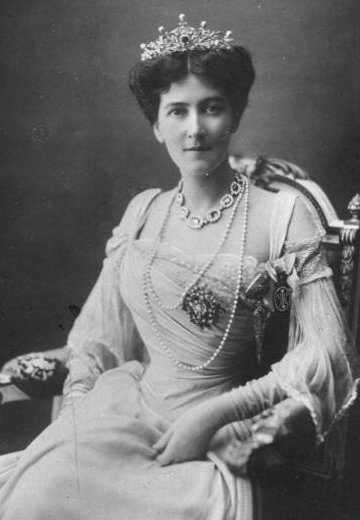 circa 1901: Mary Victoria Curzon ( - 1906) first wife of George Nathaniel Curzon (1859 - 1925) 1st Marquis statesman Governor General of India. (Photo by Hulton Archive/Getty Images)